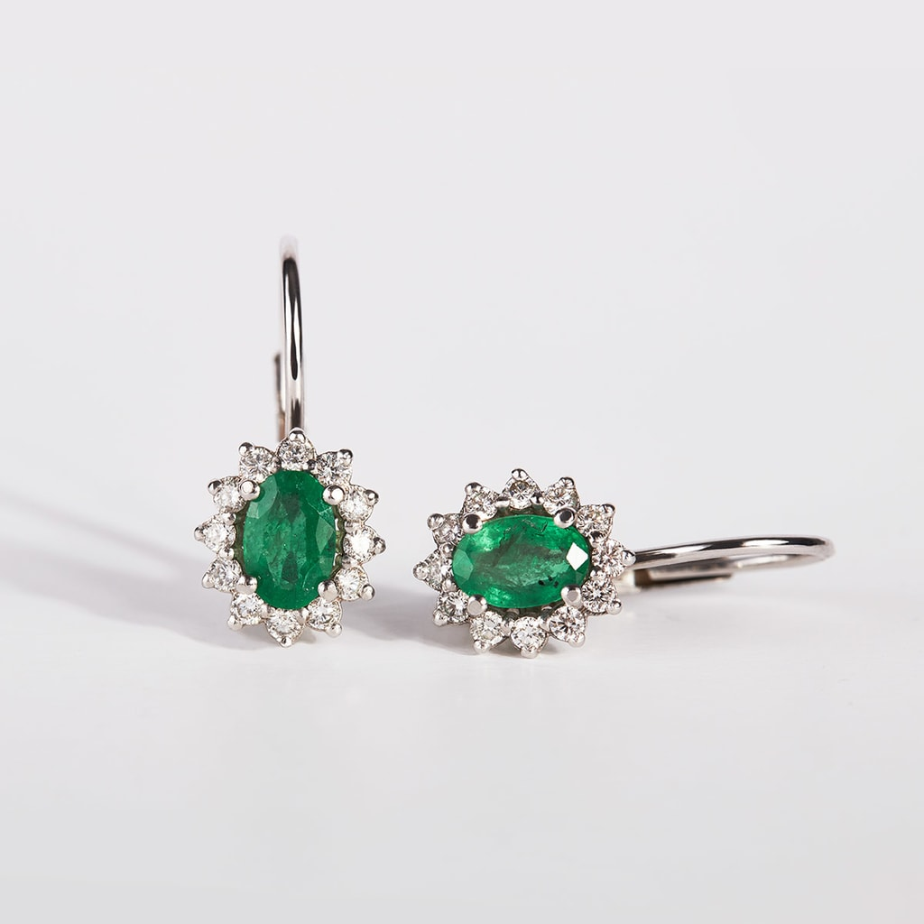 Náušnice s diamanty a smaragdy v bílém zlatě  fc16728708c