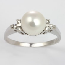 Pearl ring of white gold and diamonds - Pearl rings