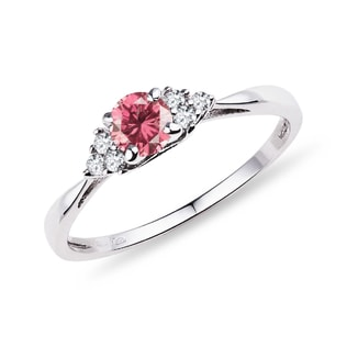 Gold engagement ring with a pink diamond