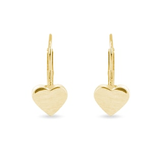 Heart-shaped earrings in matte yellow gold