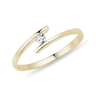 Minimalist engagement ring made of yellow gold with diamond