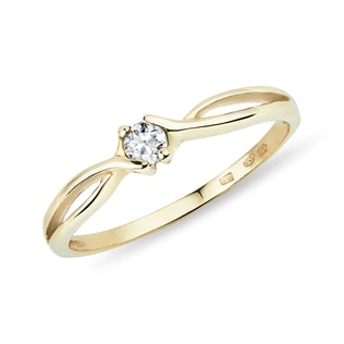 Yellow gold ring with a diamond