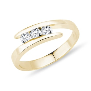 Engagement ring with diamonds in yellow gold