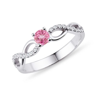 Engagement diamond ring with pink sapphire