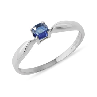 Gold ring with blue sapphire