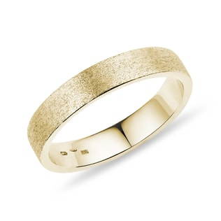 Men's wedding ring made of yellow gold