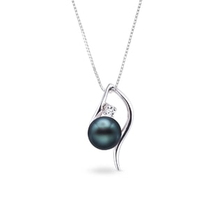 Gold necklace with a Tahitian pearl and diamond