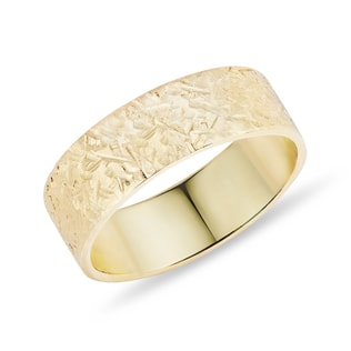 Textured wedding ring in yellow gold