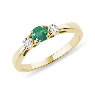 Emerald ring with diamonds in yellow gold