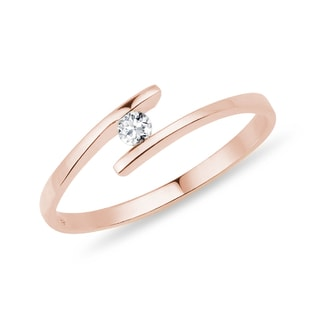 A DIAMOND RING IN PINK GOLD - SOLITAIRE ENGAGEMENT RINGS - ENGAGEMENT RINGS